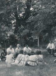 Česys Gediminas Cemnolonskis skaito savo kūrybos eiles buvusiems Krekenavos vidurinės mokyklos bendramoksliams. Krekenava (Panevėžio r.). Apie 1990 m. Panevėžio apskrities Gabrielės Petkevičaitės-Bitės viešoji biblioteka, Česio Gedimino Cemnolonskio fondas F105
