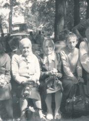 Česys Gediminas Cemnolonskis su artimaisiais Per Žolinę Krekenavos bažnyčios šventoriuje. Iš dešinės sėdi: Č. G. Cemnolonskis su dukra Dalia ir motina Albina Cemnolonskiene. Apie 1990 m. Panevėžio apskrities Gabrielės Petkevičaitės-Bitės viešoji biblioteka, Česio Gedimino Cemnolonskio fondas F105