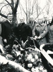 Česio Gedimino Cemnolonskio laidotuvės. Iš kairės stovi: Zigmantas Plėštys, Petras Jodikis, Bronislovas Juzelėnas, Adolfas Petrulaitis, Janina Vaičiūnaitė-Vladišauskienė, Alfonsas Perevičius, Ona Sereikaitė-Adašiūnienė, už jos – Danutė Cemnolonskienė. 1991 m. Panevėžio apskrities Gabrielės Petkevičaitės-Bitės viešoji biblioteka, Česio Gedimino Cemnolonskio fondas F105