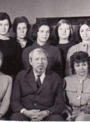 Režisierius Juozas Miltinis su Panevėžio dramos teatro aktorėmis. 1965 m. Gražina Urbonavičiūtė – 2-oje eilėje, 3-ia iš dešinės. Fotogr. Kazimiero Vitkaus. PAVB FKV-335/14