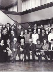 Režisierius Juozas Miltinis su Panevėžio dramos teatro aktoriais, 1991 m. Gražina Urbonavičiūtė – 1-oje eilėje, 1-a iš dešinės. PAVB FJM-915/1