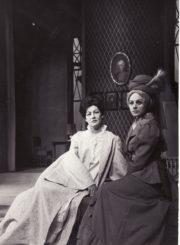 """H. Ibsenas """"Heda Gabler"""" (rež. Juozas Miltinis), 1972 m. Dalia Melėnaitė – Heda, Gražina Urbonavičiūtė – Ponia Elvsted. Fotogr. Kazimiero Vitkaus. PAVB FKV-138/2-1"""